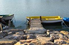 Diriga verso la barca gialla Fotografia Stock