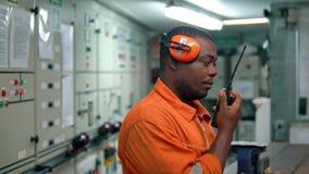 Dirigeant africain d'ing?nieur naval dans la caisse enregistreuse ?lectronique de salle de commande de moteur banque de vidéos