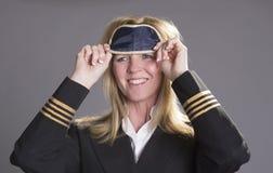 Dirigeant d'équipage des aéronefs mettant sur une nuance d'oeil Photos libres de droits