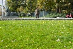 Dirigeant d'armée bulgare se tenant directement à côté de la pelouse et de deux gardes d'honneur se reposant derrière lui Images libres de droits
