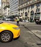 Dirigeant Directs Traffic, New York City, NYC, NY, Etats-Unis de NYPD Photographie stock libre de droits