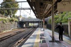 Dirigeant non identifié de train attendant pour actionner le JR lignes dans la station d'Iidabashi Images libres de droits