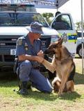 Dirigeant sud-africain de police avec le chien K-9 Image stock