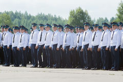 Dirigeants dans l'uniforme de robe à l'aérodrome à la journée 'portes ouvertes' au Image libre de droits