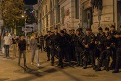 Dirigeants de la police anti-émeute attendant des ordres Photo libre de droits