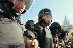 Dirigeants de la police anti-émeute pendant les protestations pour soutenir le 31ème article de la constitution russe Photographie stock