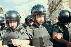 Dirigeants de la police anti-émeute pendant les protestations pour soutenir le 31ème article de la constitution russe Images stock