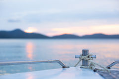 Dirigendosi ad un'isola su un tempo di tramonto Fotografia Stock