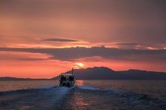 Dirigendosi a Pulau Kecil all'alba, isole di Perhentian, Malesia immagini stock libere da diritti