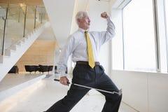 Dirigente anziano che fa un gesto impressionabile. Immagini Stock