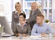 Dirigente anziano che funziona con il businessteam Immagini Stock