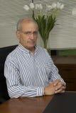Dirigente anziano in ufficio Fotografia Stock Libera da Diritti