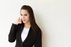 Dirigente femminile con il segno della mano del contatto del telefono Fotografie Stock Libere da Diritti