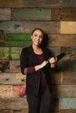 Dirigente femminile giovane attraente in ufficio Immagine Stock Libera da Diritti