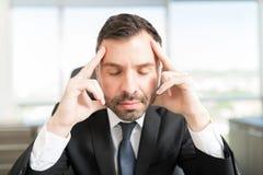 Dirigente maschio bello che medita nel luogo di lavoro immagine stock libera da diritti