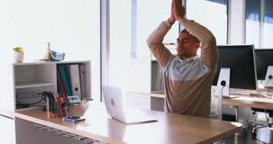Dirigente maschio che fa yoga 4k stock footage