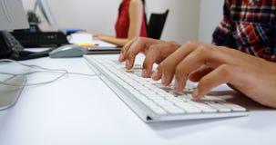 Dirigente maschio che lavora al computer in ufficio 4k stock footage
