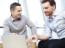 Dirigenti aziendali che discutono affare Fotografia Stock