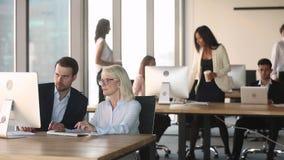 Dirigenti aziendali che parlano funzionamento di collaborazione sul computer in ufficio moderno archivi video