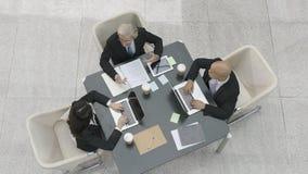 Dirigenti aziendali che si incontrano nell'ufficio fotografie stock libere da diritti