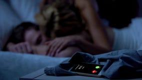 Dirigez appeler tandis que dame embrassant le mâle somnolent sur le fond, affaires stressantes photo stock