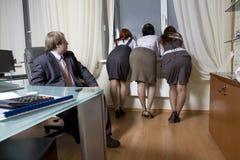 Dirigez avec ses collègues de femmes. Photographie stock libre de droits