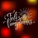 Dirigez Feliz Cumpleanos, conception de lettrage traduite de joyeux anniversaire Illustration de fête avec le gâteau pour des car Images stock