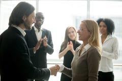 Dirigez l'employé de poignée de main félicitant avec la promotion tandis que des Di photos stock