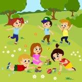 Dirigez l'illustration des enfants jouant dehors sur l'herbe verte avec des fleurs, arbres Enfants heureux jouant sur la cour ave illustration libre de droits