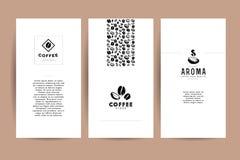Dirigez la collection de cartes artistiques avec des emblèmes et logo de café, grains de café et graines tirées par la main, text illustration stock
