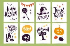 Dirigez la collection de cartes et de flayers de célébration de Halloween de bande dessinée avec le lettrage et les animaux drôle Photos libres de droits