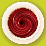 Dirigez la couleur rouge-foncé liquide de tourbillonnement de spirale dans la tasse blanche Photos libres de droits