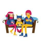 Dirigez la famille dans des vêtements d'hiver se reposant sur un banc avec des tasses de thé dans des mains Dirigez les personnes Image libre de droits