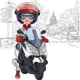 Dirigez la fille mignonne sur un scooter à Paris Photos stock