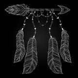Dirigez la flèche blanche ethnique avec des plumes d'oiseau, concept de style de boho Image libre de droits