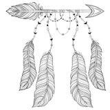 Dirigez la flèche ethnique avec des plumes d'oiseau, concept de style de boho amer Photographie stock