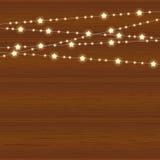Dirigez la guirlande réaliste de lanterne sur le fond en bois avec des flocons de neige Image stock