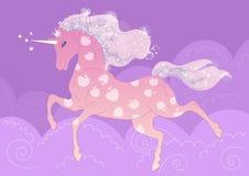 Dirigez la licorne rose dans les pommes sur le fond des nuages pourpres Image stock