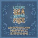 Dirigez la police de vintage, l'alphabet latin et les chiffres à un rétro cadre et à un arrière-plan marin illustration stock