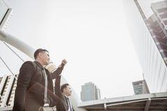 Dirigez la prise son employé ou main d'homme d'affaires et soulevez son bras à photo stock