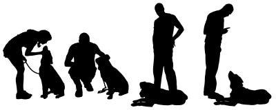 Dirigez la silhouette d'un homme avec un chien Photos stock