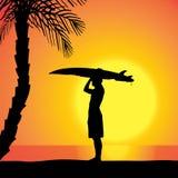 Dirigez la silhouette d'un homme avec une planche de surf Photos stock