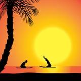 Dirigez la silhouette d'un homme avec une planche de surf Photographie stock libre de droits