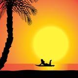 Dirigez la silhouette d'une femme avec une planche de surf Images stock