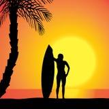Dirigez la silhouette d'une femme avec une planche de surf Photo libre de droits