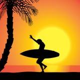Dirigez la silhouette d'une femme avec une planche de surf Photos libres de droits