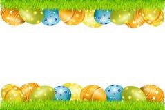 Dirigez la trame des oeufs de pâques et de l'herbe verte Photo libre de droits