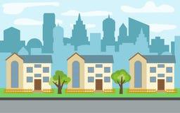 Dirigez la ville avec trois maisons à deux étages de bande dessinée et arbres verts pendant le jour ensoleillé Photo stock
