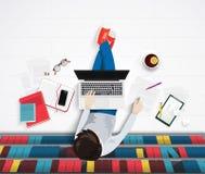 Dirigez la vue supérieure du jeune homme se reposant sur le plancher avec le worlplace d'éléments Bureau de bibliothèque Image stock