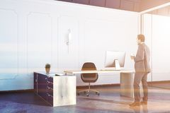 Dirigez le bureau intérieur, grande table, homme d'affaires Photos stock